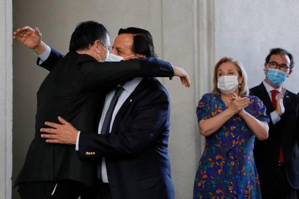 Entre aplausos y abrazos: así fue recibido Víctor Pérez en La Moneda tras su renuncia