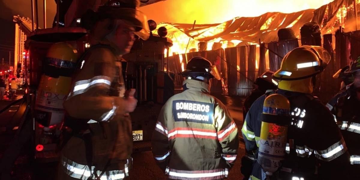 Samborondón envío un contingente de 50 bomberos a Durán por incendio de cartonera