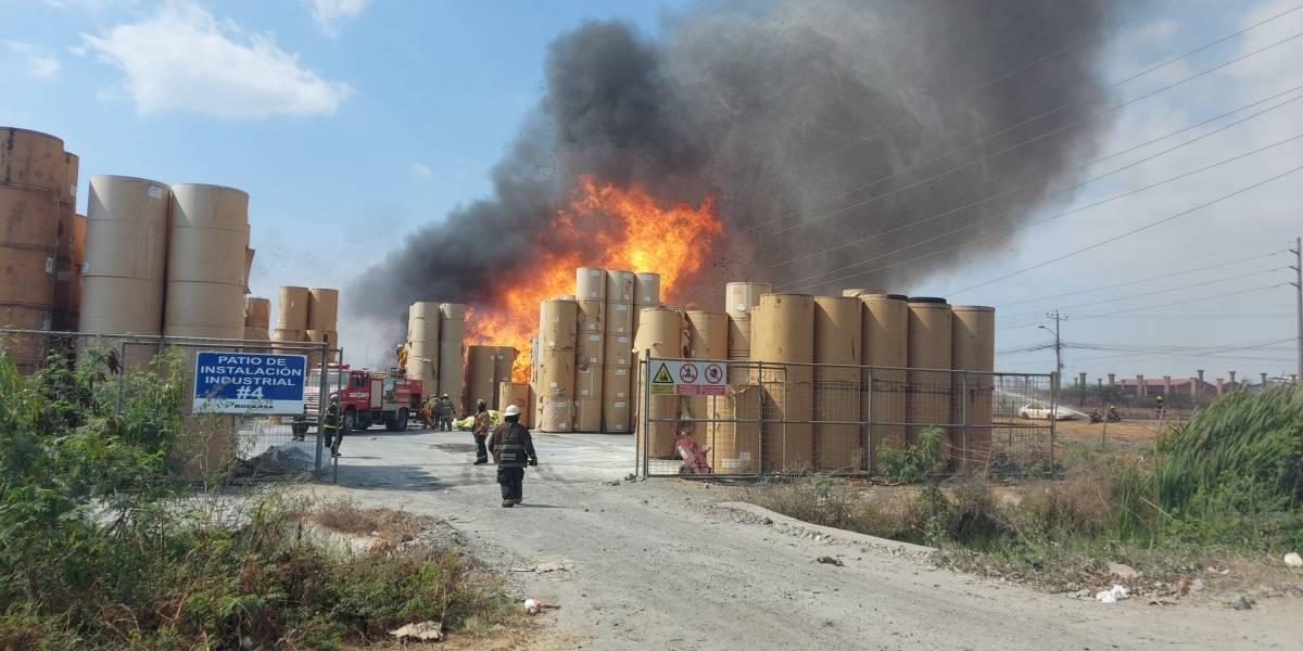 Se reactivó el incendio en fábrica de cartón de Durán