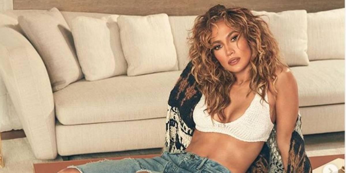 Jennifer Lopez sencilla y elegante con blusa negra transparente bordada en cristales y mini falda negra