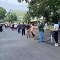 Candidatos piden a los que están en las filas de votar que no se vayan
