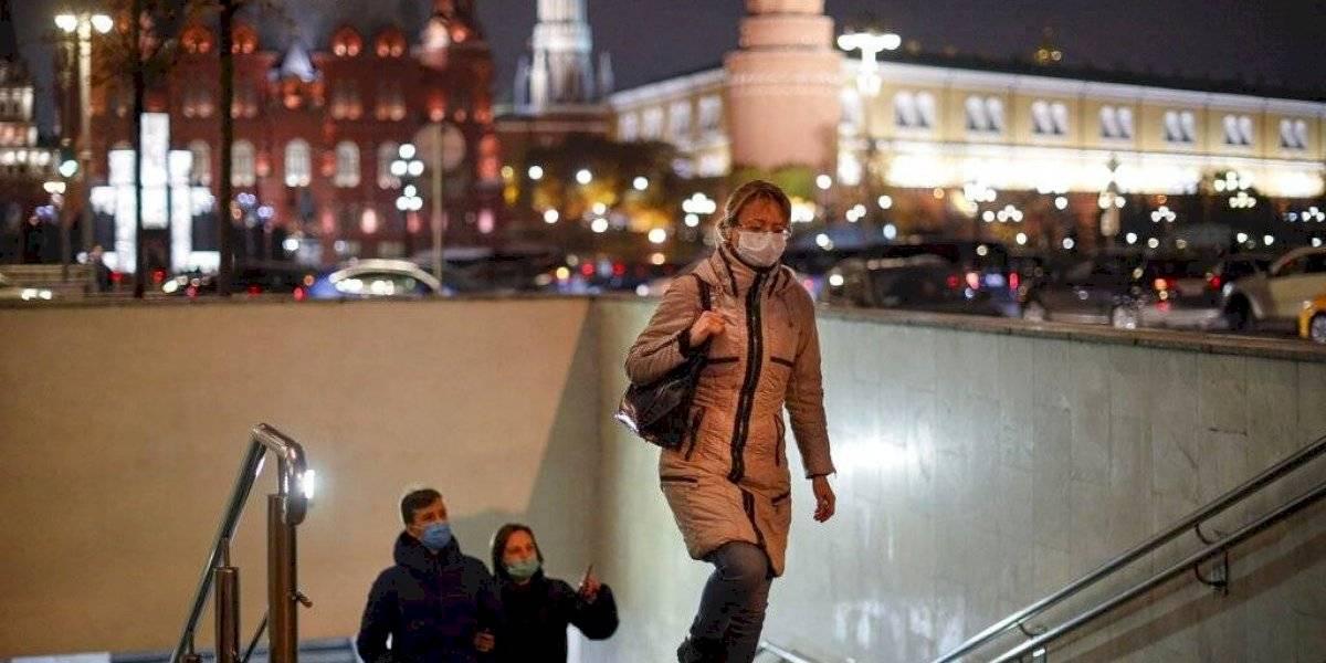 Rusia reporta récord de contagios y decesos por COVID-19