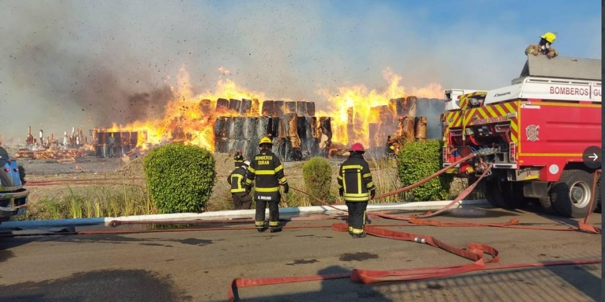 FOTOS: Bomberos han trabajado por más de 24 horas en incendio de cartonera en Durán