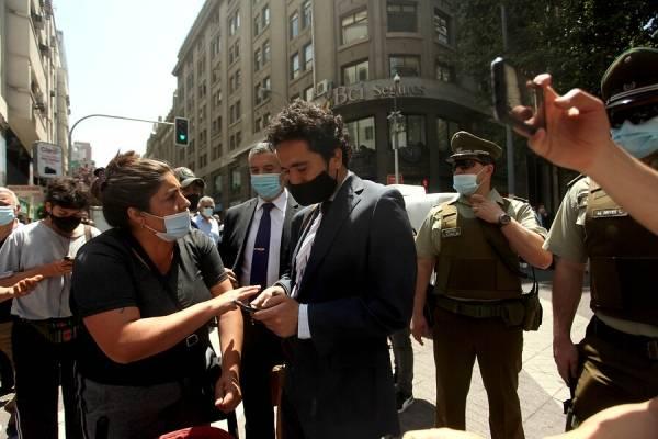 Briones fue increpado por transeúntes en el centro de Santiago y tuvo que ser escoltado por Carabineros