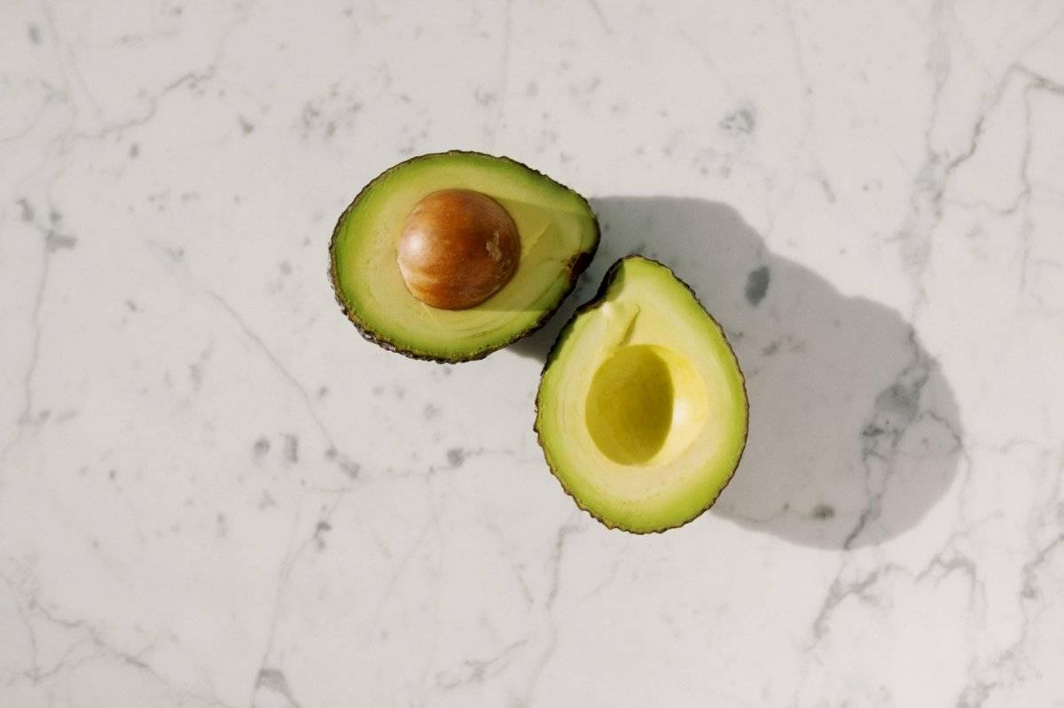 Posee nutrientes que aportan beneficios para el cabello.