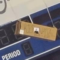 """Cuelgan caja con frase """"RIP Natal"""" en el coliseo Roberto Clemente"""