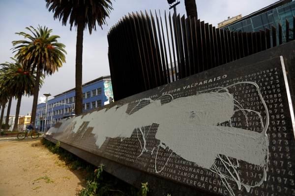 Valparaíso: desconocidos atacaron con pintura memorial de ejecutados políticos y detenidos desaparecidos