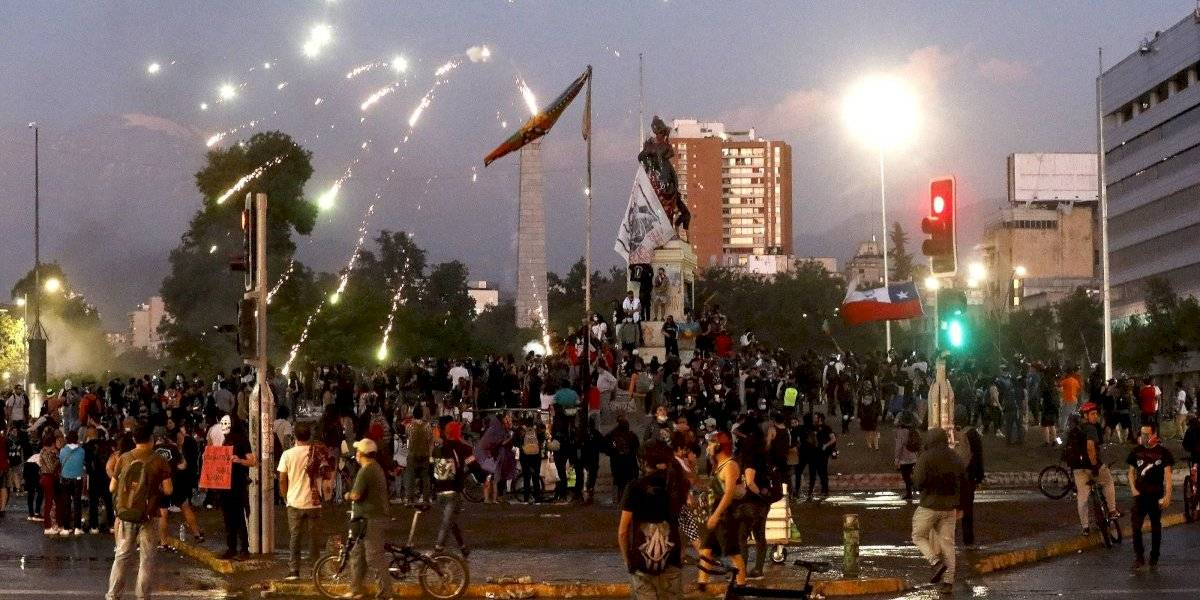 Manifestantes se toman la Plaza Baquedano en nueva jornada de protestas por tensión social