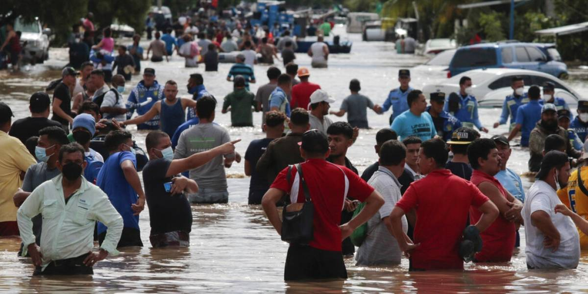 Gobiernos centroamericanos cuentan a los muertos y desplazados tras azote del huracán Eta