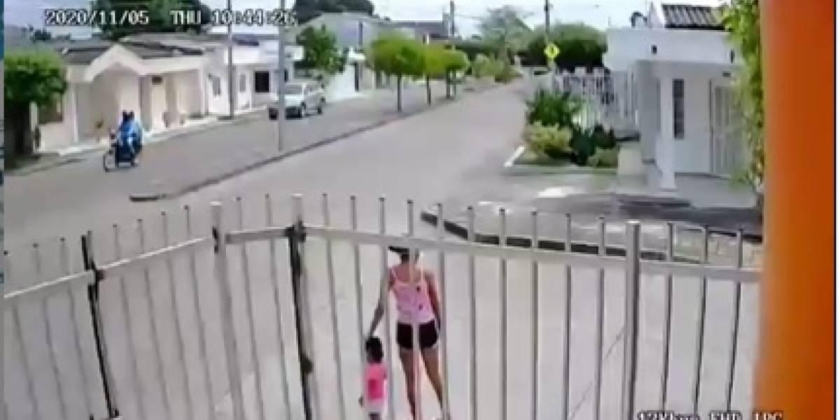 Joven madre luchó y se defendió con su pequeña hija de ataque de ladrones