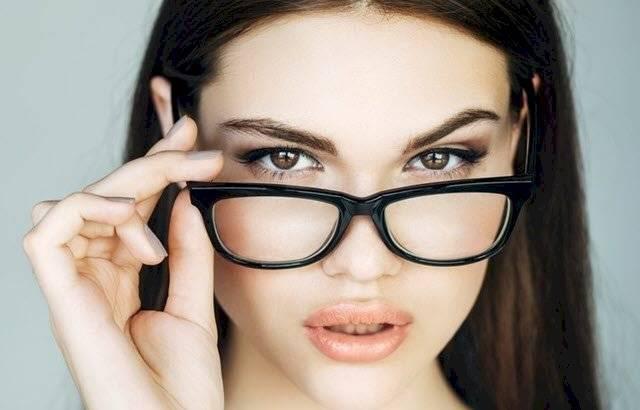 Lograr la combinación perfecta entre la forma de tu rostro, tus lentes y tu cortes de cabello no tiene por qué ser una tarea titánica.