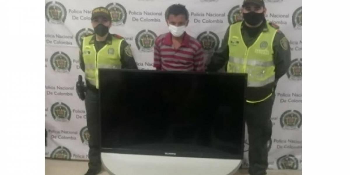 Lo pillaron a pie con el televisor pantalla plana que se acababa de robar
