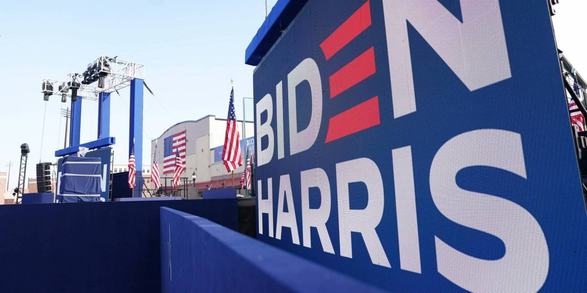Robó un bulldozer para destruir carteles de la campaña del presidente Biden
