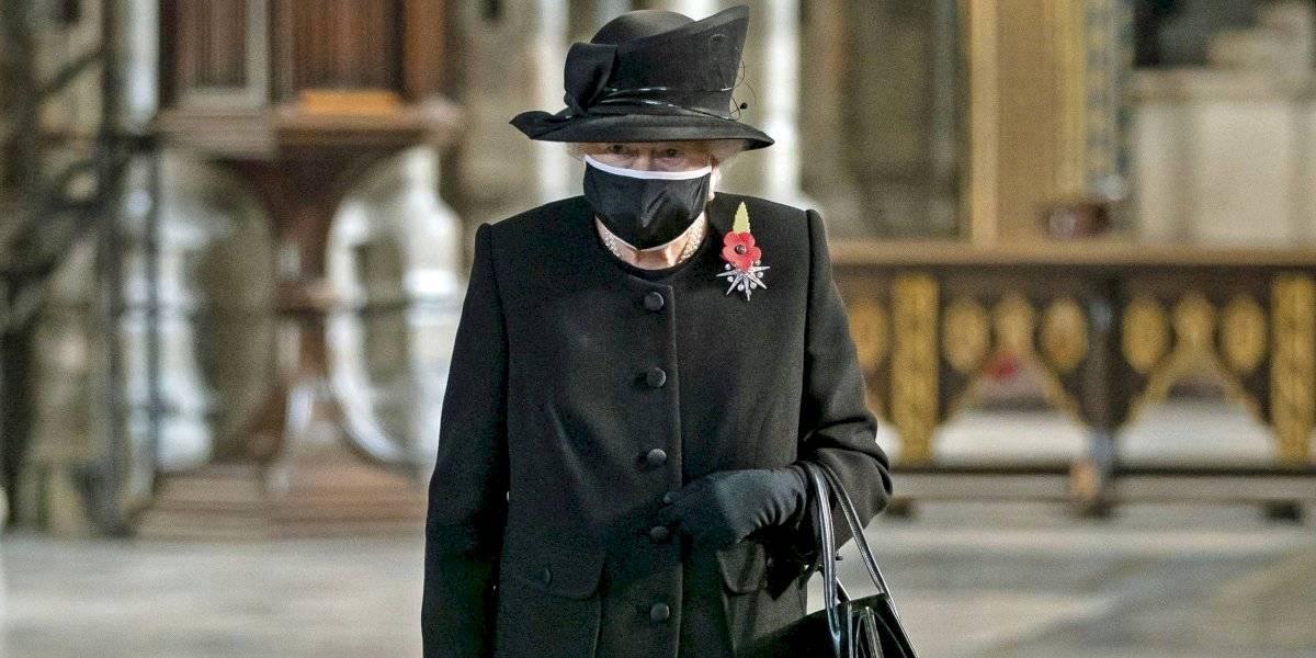 Impacta la primera aparición pública de la reina Isabel con mascarilla