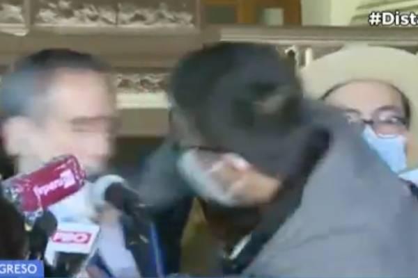 Caos total en Perú: congresista recibió feroz combo en la cara en vivo tras destitución de Vizcarra