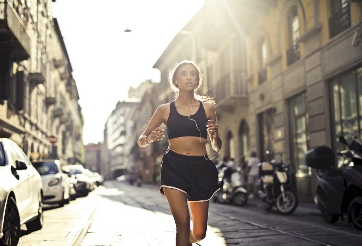 Puedes complementar los ejercicios abdominales con otras rutinas como la caminata rápida.