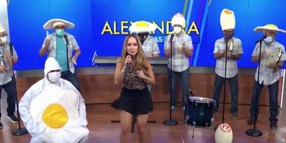 """Alexandra Fuentes y su banda presentan tema """"Huevito sin sal"""" versión Cucco Peña"""