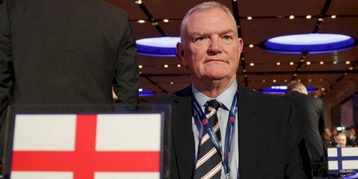 Renuncia jefe del fútbol inglés tras comentarios racistas