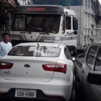 Vehículo arrastró a un ciclista y lo aprisionó contra un camión en Santa Elena