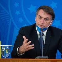 """Bolsonaro lamenta 200.000 muertos por covid, pero dice que """"la vida sigue"""""""