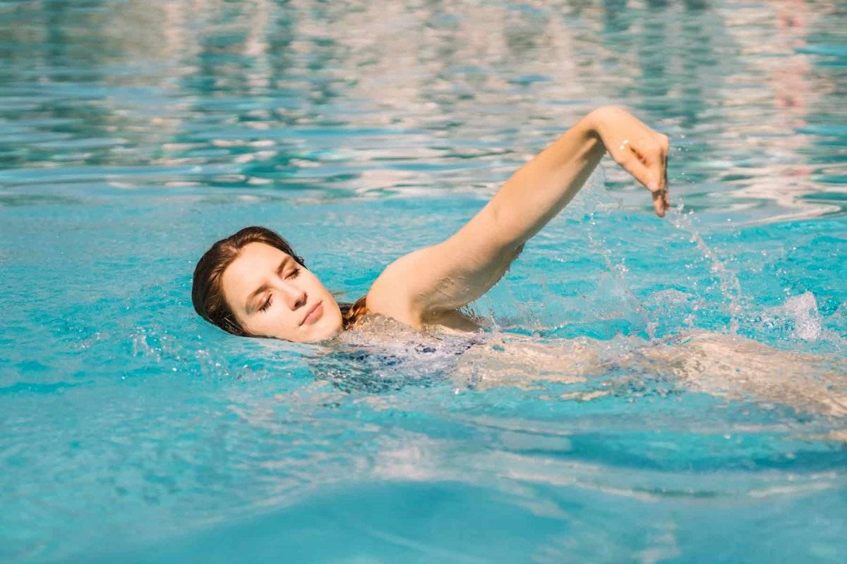 La natación es otra excelente opción para incorporarla a tu rutina de ejercicios.
