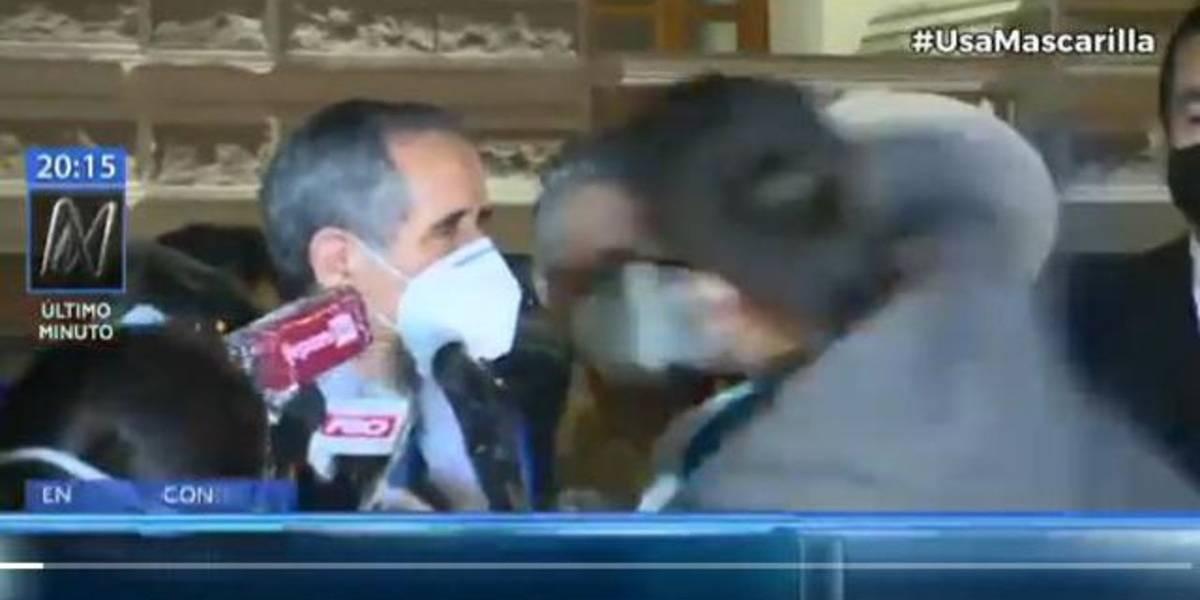 (Video) Joven golpea a un congresista peruano en plena transmisión en vivo