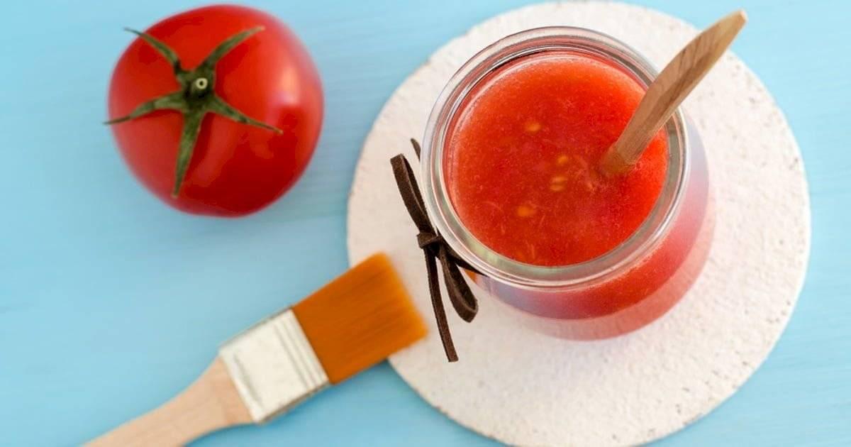 La mascarilla de tomate es súper sencilla de hacer.