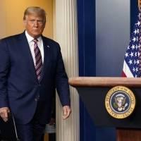 Trump guarda silencio en primera aparición pública tras derrota
