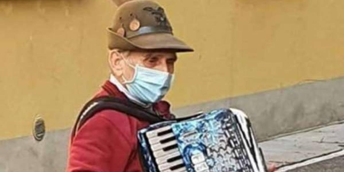 (VIDEO) Abuelo de 81 años le da serenata a su esposa, quien se encontraba aislada en el hospital por coronavirus