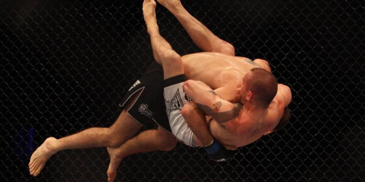 Luchador de MMA estrangula a su rival hasta hacerle perder el conocimiento y queda en video