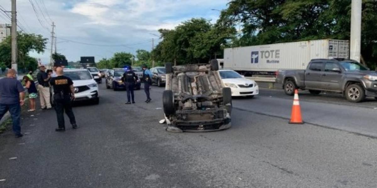Robo de película tras accidente con vehículo volcado en Guaynabo