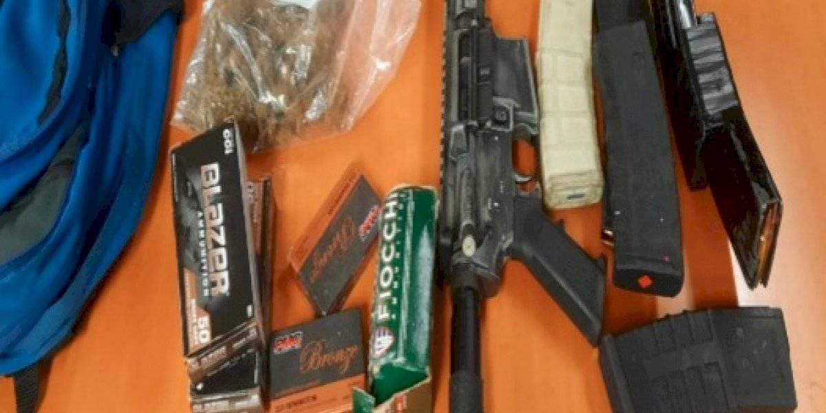 Arrestan a dos hombres con gran cantidad de armas y municiones en Río Piedras