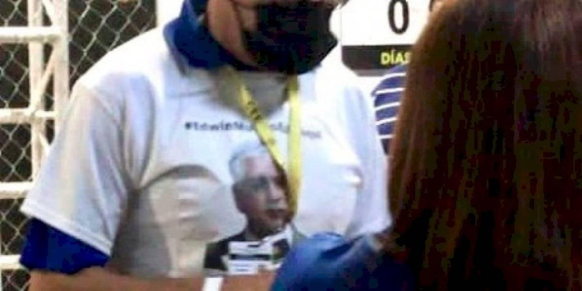 Funcionarios PNP llegan a contar votos con camisas con foto de Edwin Mundo
