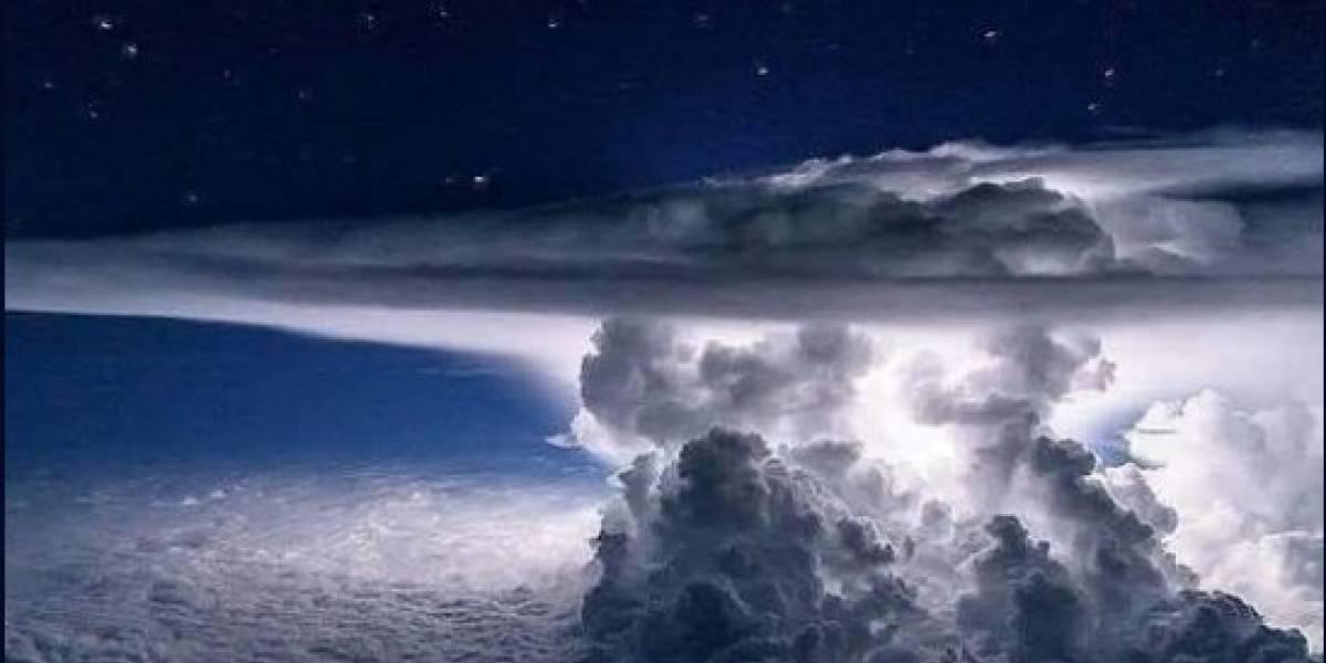 Impresionante foto captura relámpago en una nube de tormenta