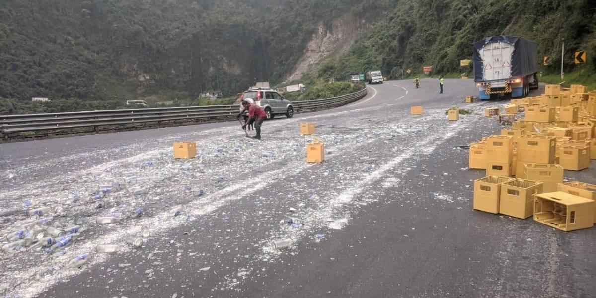 Caída de carga de vehículo deja cerrada la vía Aloag-Santo Domingo