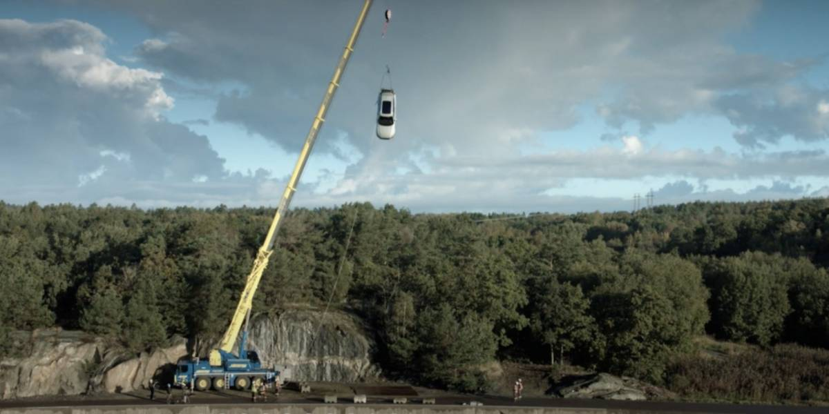 (Video) Compañía automotriz lanza vehículos nuevos desde 30 metros de altura para estudiar temas de seguridad