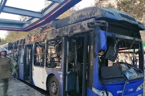 Varios detenidos tras incendio de un bus del transporte público y el intento de derribar la estatua de Baquedano