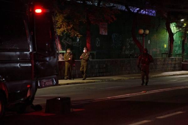 Un carabinero y una civil heridos tras balacera en el centro de Santiago