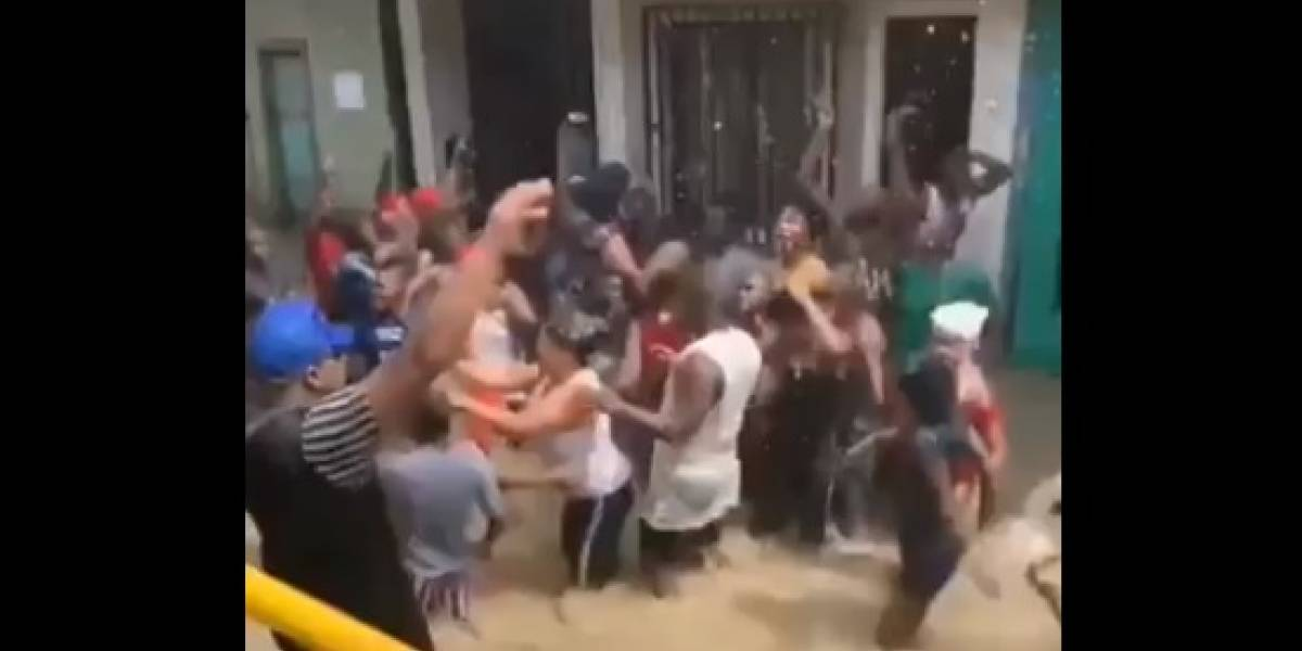 Inundados pero de rumba: cartageneros le dicen al mal tiempo buena cara