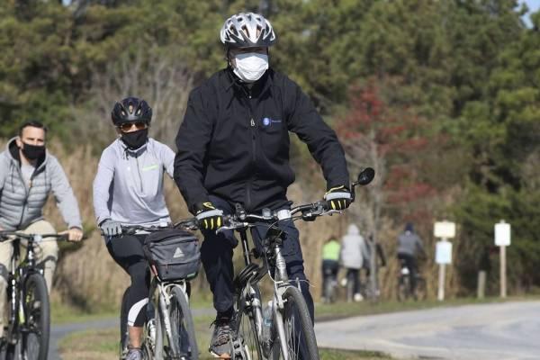 Joe Biden pedalea en bicicleta para relajarse a la espera de que Trump asuma su derrota