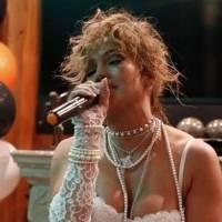 Jennifer Lopez deslumbra con un pantalón palazzo platinado y un blazer de brillantes