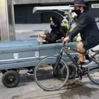 """Ciclistas recrean un """"funeral sobre ruedas"""" en Reforma"""