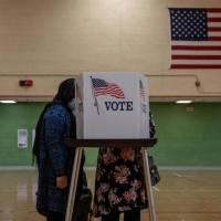 Decenas de trabajadores electorales que tuvieron contacto con los votantes en los comicios de Estados Unidos, contagiados de COVID-19