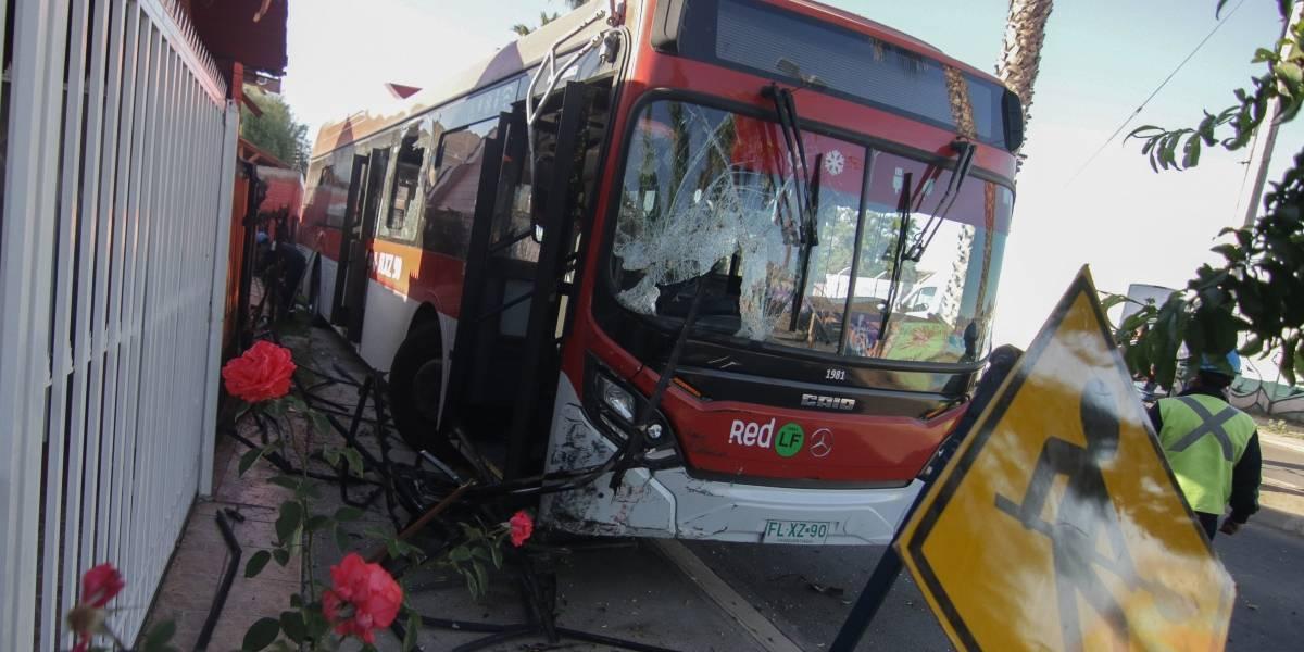 Maipú: bus del Transantiago chocó con dos casas, sacó un árbol de raíz y arrasó con cañerías de gas y agua potable