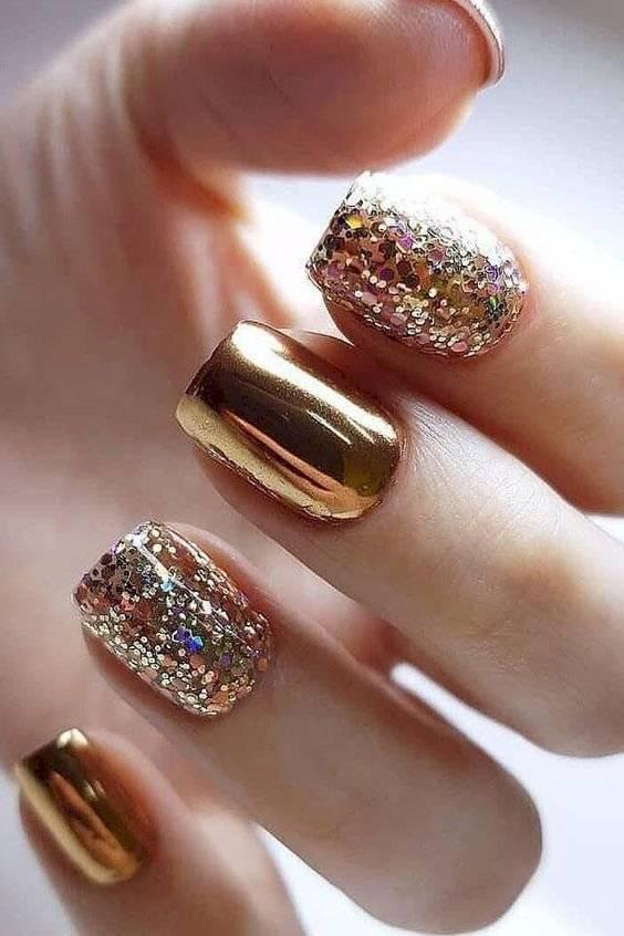 Uñas metalizadas en color dorado