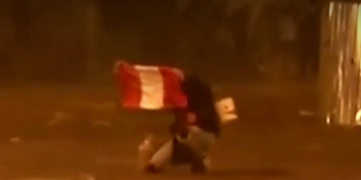 Aparece video de joven peruano flameando la bandera antes de morir en represión
