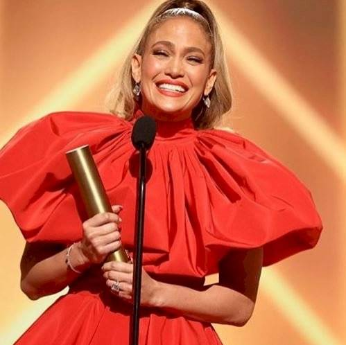 Jennifer Lopez deslumbra como diosa con vestido estilo Caperucita Roja moderna