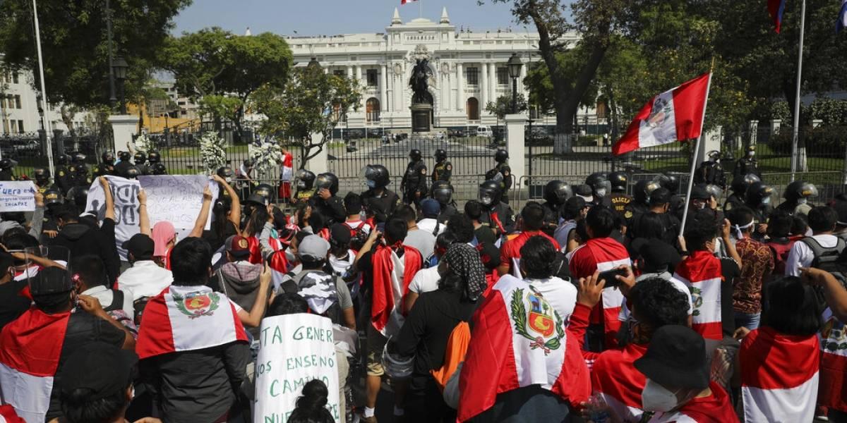 Congreso impide elección de la primera presidenta de Perú en plena crisis