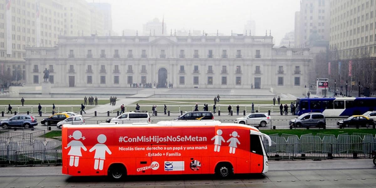 """Movilh pide prohibir la circulación del """"Bus de la Libertad"""" en Santiago y Valparaíso"""
