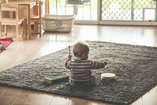 La música en un niño de un año lo ayuda a entretener y divertirse.